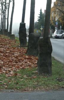 Δρόμος στο Κάσελ με στήλες βασάλτη δίπλα στους κορμούς δένδρων