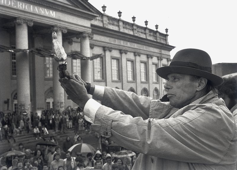 Joseph Beuys μπροστά στο κτιριο της Documenta