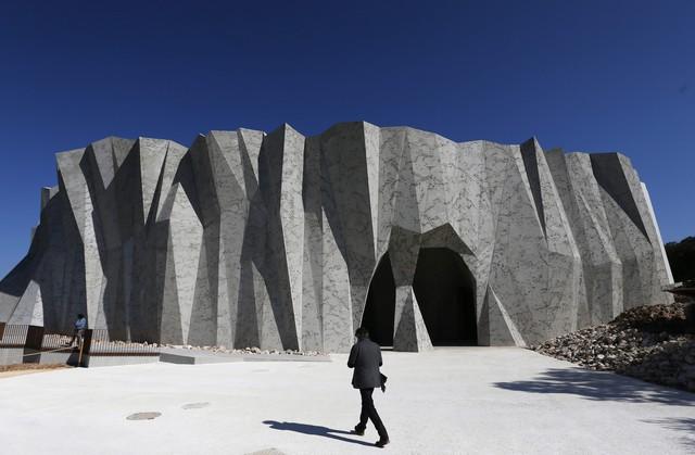 Εξωτερική όψη αντίγραφου σπηλαίου Chauvet photo by  MAXPPP