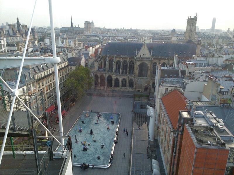 Από το εσωτερικό του Κέντρου Pompidou. Το συντριβάνι της πλατείας Στραβίνσκι με έργα των Jean Tinguely και Niki de Saint Phalle