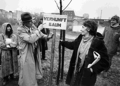 Ο Beuys συνεργάτες του στη documenta 7. Δεξιά η Ρέα Στριγγάρη